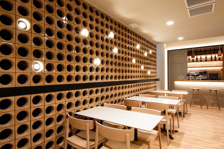 proyecto de reforma integral de interiores de un bar bocatería llaves en mano en Zaragoza realizado por el estudio de arquitectura y diseño de interiores A54insitu